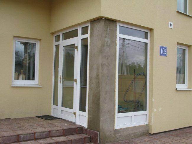ustanovka vhodnyh plastikovyh dverej